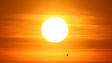 صورة توفر الشمس مصدر الطاقة اللازمة لدورة الماء في الطبيعة