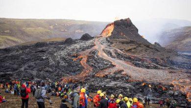 صورة حشود تتدفق إلى موقع بركان أيسلندا للحصول على نظرة من قرب