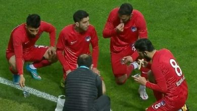 صورة في أول أيام رمضان لاعبون يفطرون أثناء مباراة رسمية على أرض الملعب
