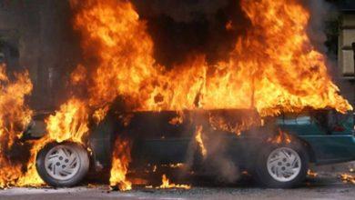 صورة مستوطنون يحرقون ٣ سيارات ويخطون شعارات عنصرية قرب بيت إكسا