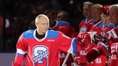 صورة الرئيس الروسي يشارك مع الجمهور مباراة الهوكي