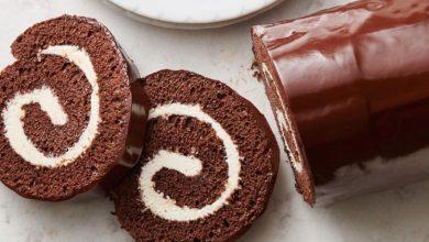 صورة طريقة عمل سويسرول بالشوكولاتة في خطوات بسيطة بصوص الشيكولاته الرائع