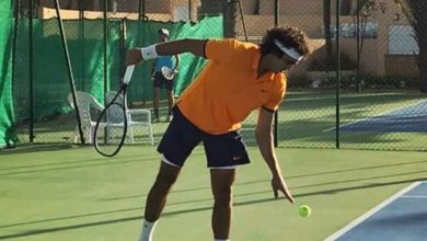 صورة لاعب تنس يصيب خصمة بوجهه خلال المباراة