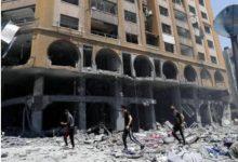 صورة انتشال جثمان طفلة وعائلة كاملة من تحت أنقاض القصف في بيت لاهيا