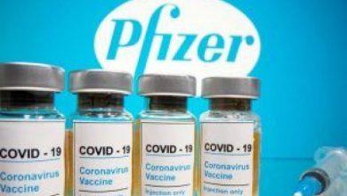 """صورة طبيب يوضح مكونات """"فايزر"""" ويفند إشاعات وجود شرائح إلكترونية في اللقاح"""