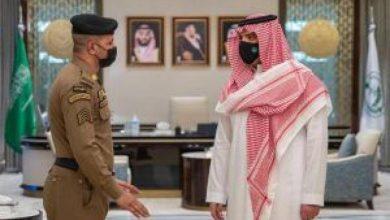 صورة وزير الداخلية يستقبل رجل الأمن الذي منع شخصاً من الصعود لمنبر الحرم المكي يوم الجمعة الماضي