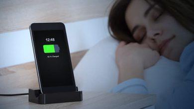 كيف يؤثر شحن الهاتف ليلًا على عمر البطارية على المدى الطويل؟